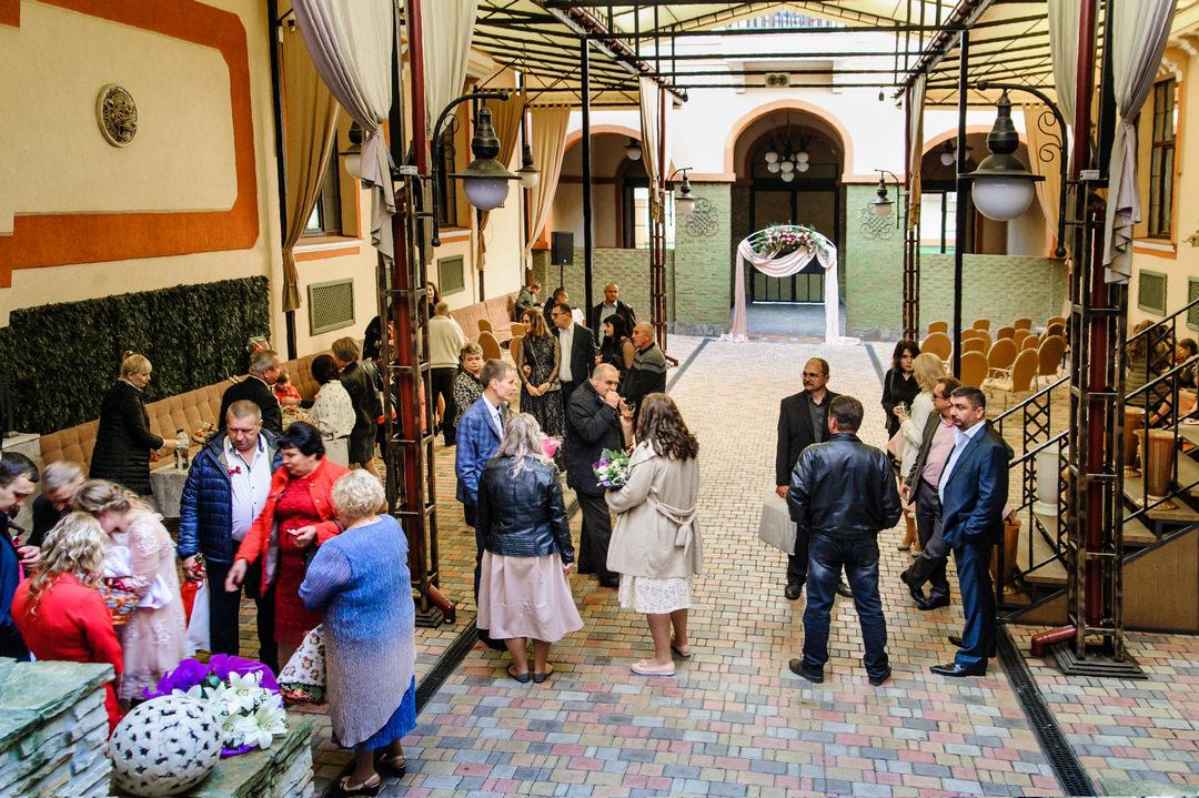 Хол ресторана и свадебная арка в нем