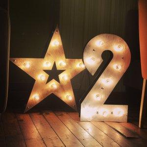 Светящаяся звезда и светящаяся цифра 2 для фотосессии