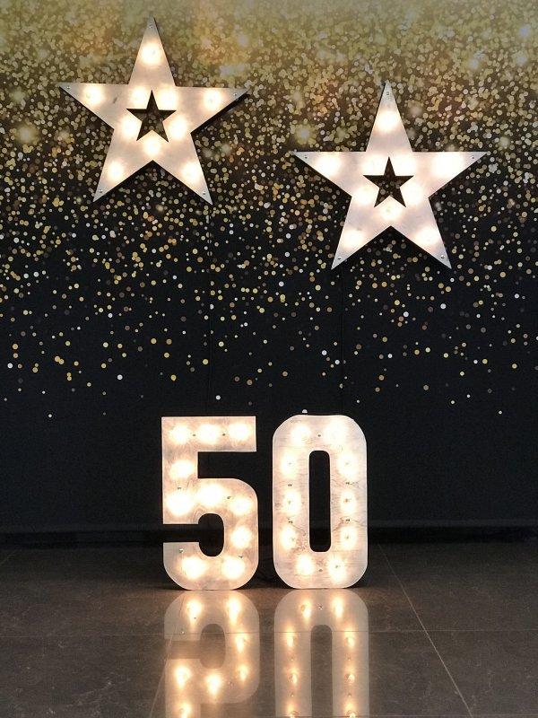 """Фотозона с звездами и числом """"50"""" из объемных больших светящихся цифр и звезд"""