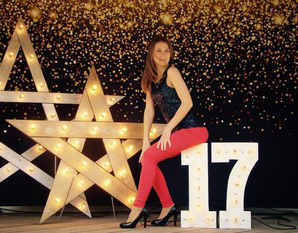 Большие звезды с лампочками и светящееся число 17 с девушкой