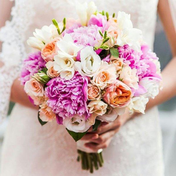 Букет невесты в малиново-персиковой цветовой гамме