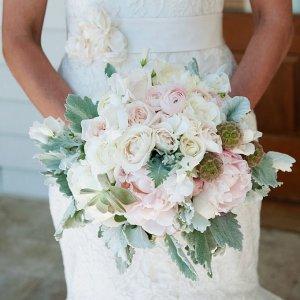 Букет в пыльных оттенках в руках невесты