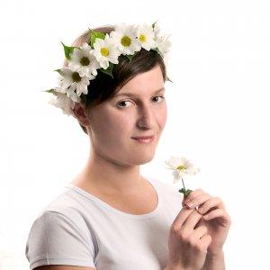 Веночек из белых хризантем на голове у нашего фориста