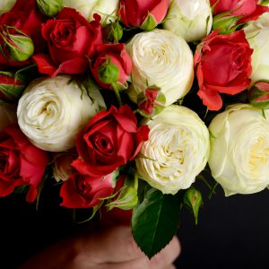 Красные и белые розы в красно-белом букете невесты