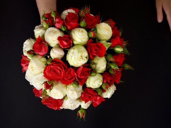 Букет невесты из живых роз красного и белого цвета