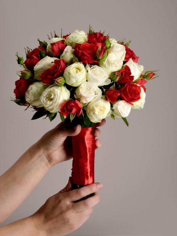 Красно белый свадебный букетик в руках