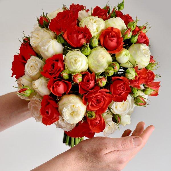 Красно-белый букет невесты в руках