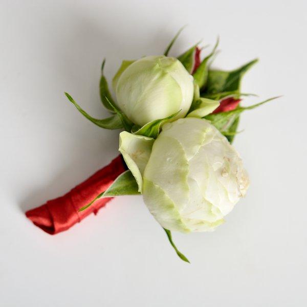 Бутоньерка жениха из живых бутонов роз