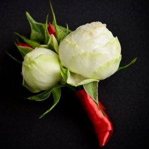 Бутоньерка жениха из белых и красных бутонов