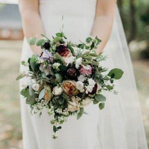 Свадебный букет из пионовидных и кремовых роз, хамелациума, артишоков, эвкалипта