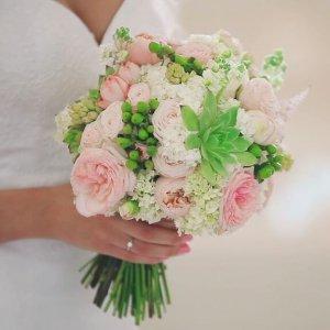 """Невеста держит букет из роз, кустовых роз """"Бомбастик"""", гиперикум, маттиолы, эхеверии"""