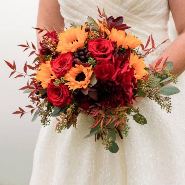 Осенний свадебный букет с декоративными подсолнухами, розами, георгинами, эвкалиптом и рускусом