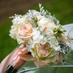 Свадебный букет из роз, флоксов, эустом, цинерария с розовой лентой на ручке