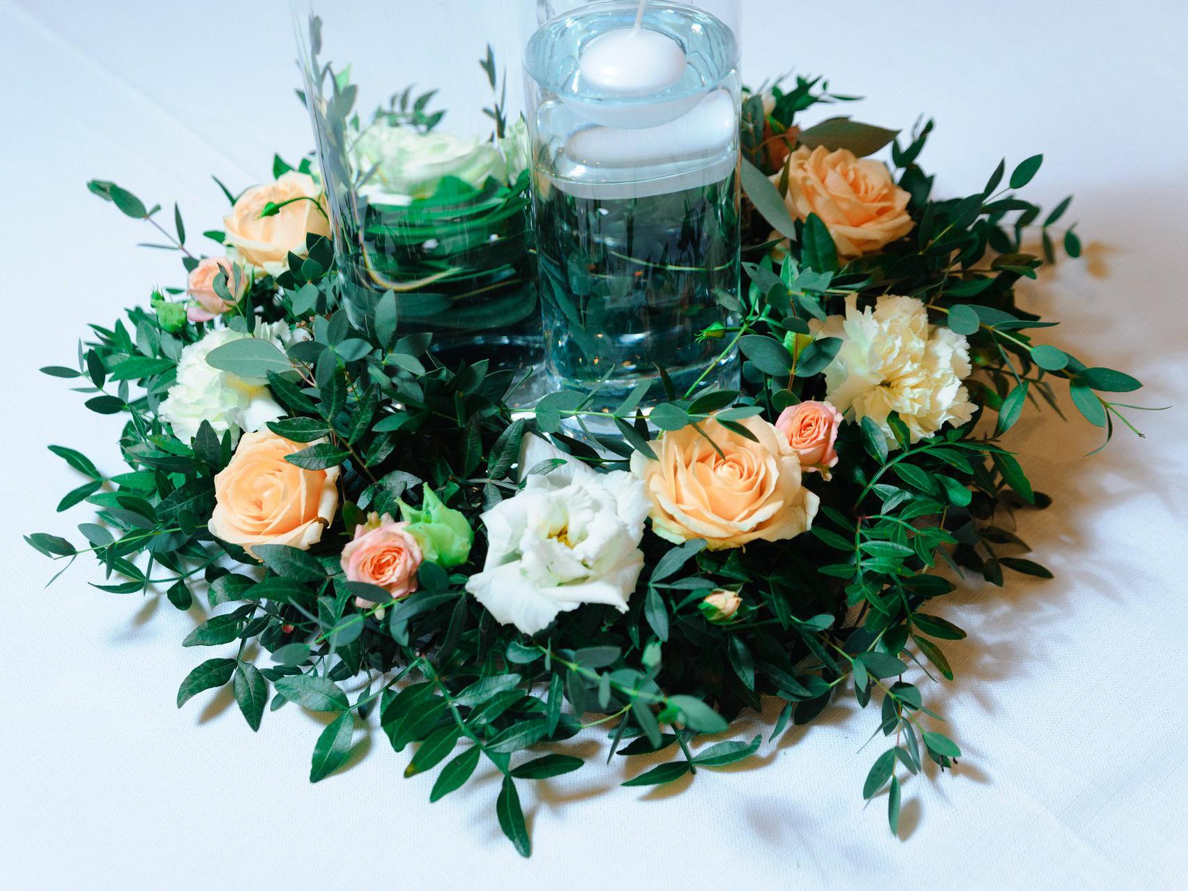 Венок из живой зелени и цветов на столы гостей