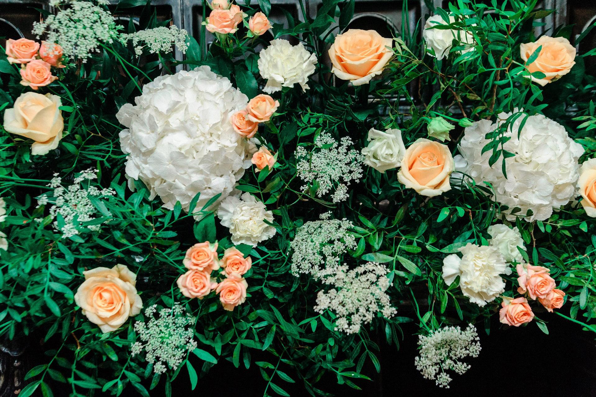 Цветы в цветочной композиции - цветочном карнизе для стола молодожен