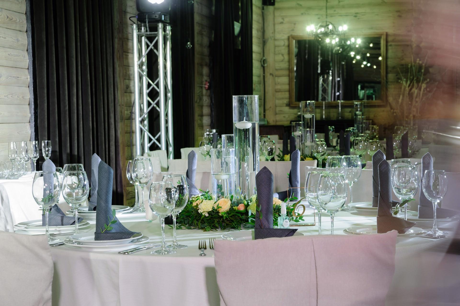 Оформление стола гостей в загородном ресторане Tandyr