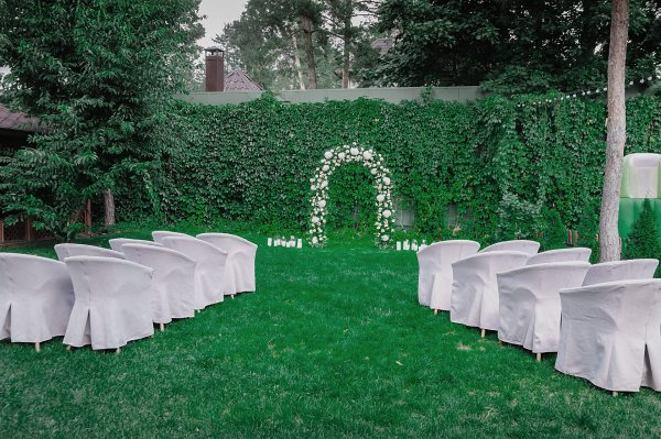 Площадка для проведения свадебной церемонии с свадебной аркой
