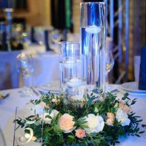 Венок из зелени и живых цветов на столы гостей с номером стола