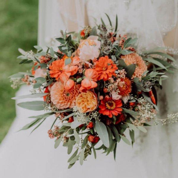 Свадебный букет из георгин, роз Вувузелла, эвкалипта и латируса