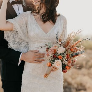 Рустикальный осенний свадебный букет из роз и сухоцветов