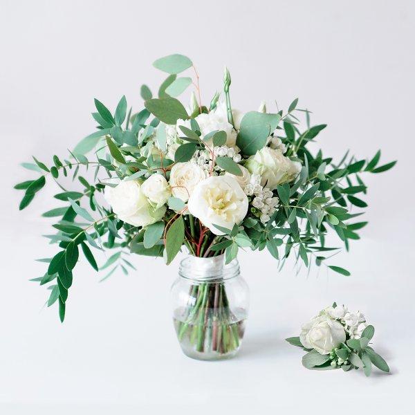 Белый букет невесты растрепыш из белых цветов с зеленью и бутоньерка из роз, бувардии и зелени с бутоньеркой
