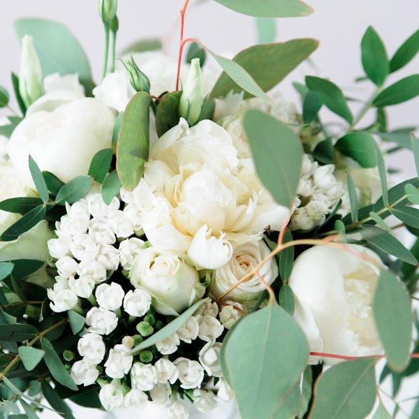 Пионы и другие цветы в Белом букете невесты растрёпыше