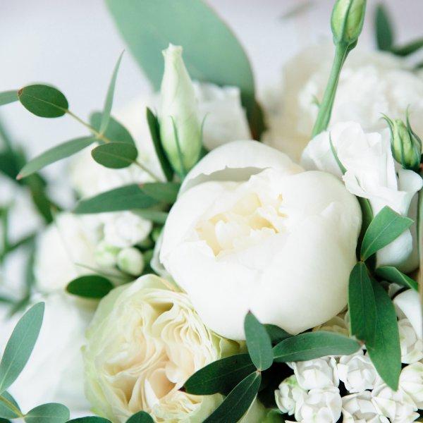 Пионы в Белом букете невесты растрепыше из белых цветов с зеленью