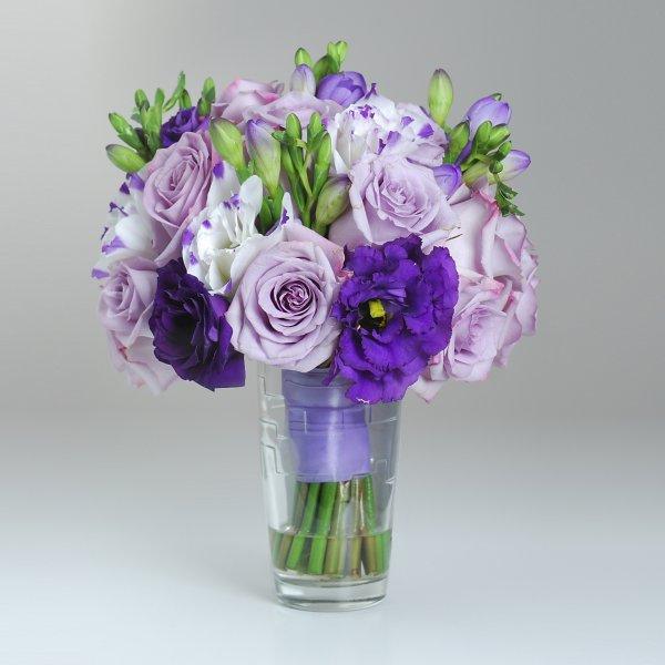 Сохраним свежесть букета невесты их роз и эустомы поставив его в стаканчик с водой