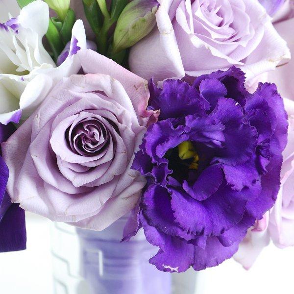 Сиреневые розы и фиолетовая эустома в букете невесты