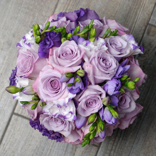 Лавандово-фиолетовый букет невесты из живых цветов