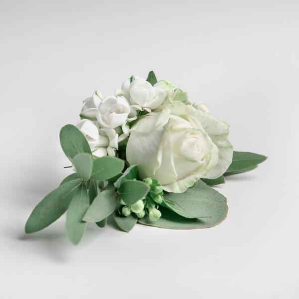 Бутоньерка жениха из живых материалов: белой розы и бувардии