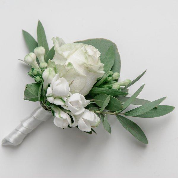 Бутоньерка жениха из белой розы и бувардии