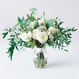 Белый букет невесты растрепыш из белых цветов с зеленью