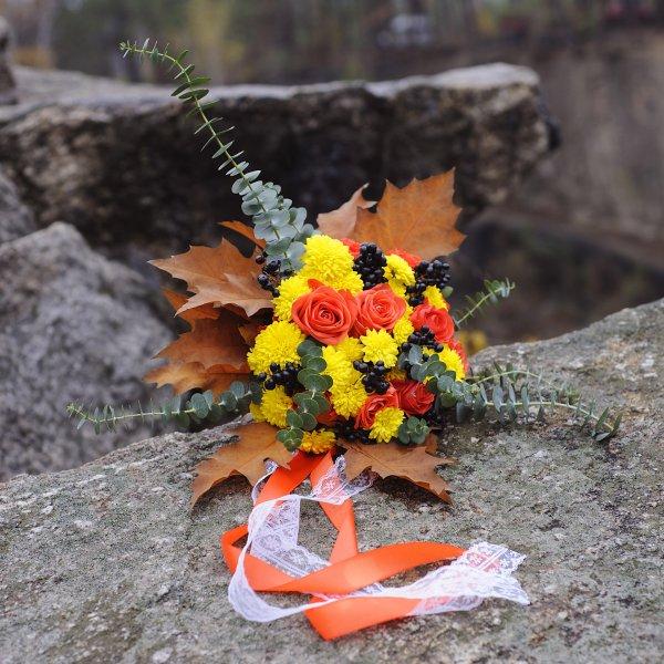 Букет невесты с розами, хризантемами и дубовыми листьями