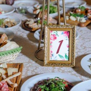 """Номер """"1"""" в золотой рамочке для первого стола гостей"""