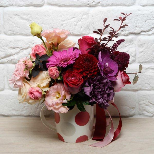 Бордовый букет из живых цветов в чашке