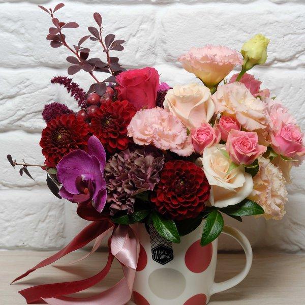 Живые цветы букете в чашке