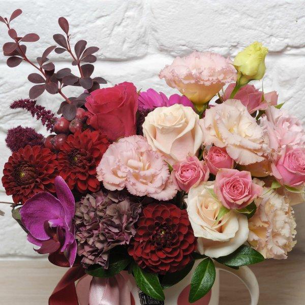 Букет составлен из живых бордовых и кремовых цветов