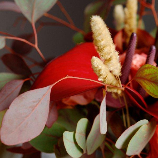 Сухоцветы и эвкалипт в оранжевом букете