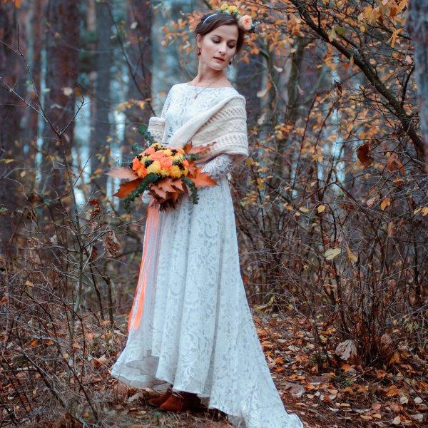 Невеста с осенним букетом