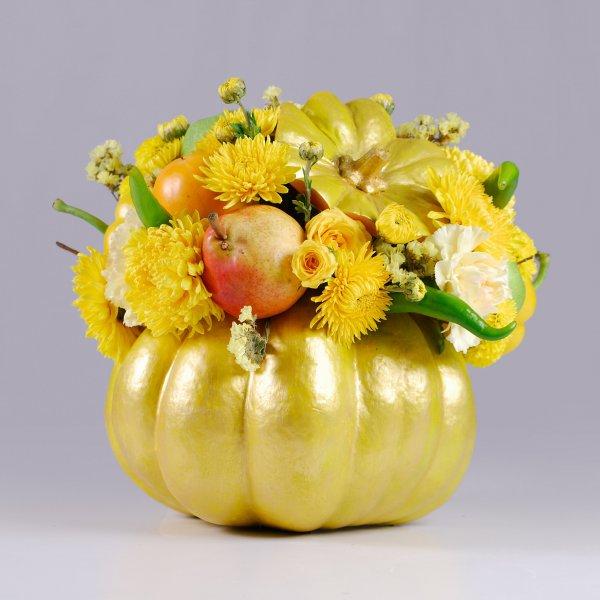 Осенняя композиция с цветами и фруктами в тыкве
