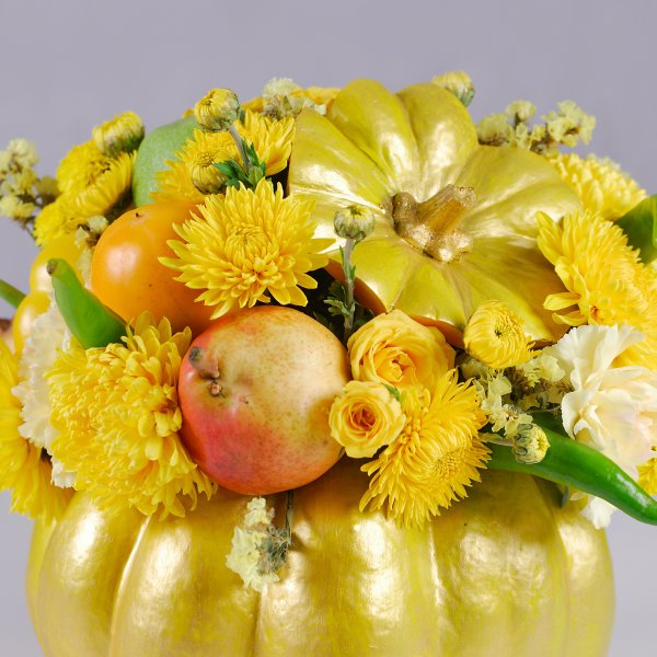 Тыква украшена цветами и фруктами