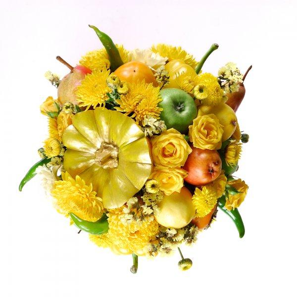 Цветочная композиция с фруктами и овощами сверху