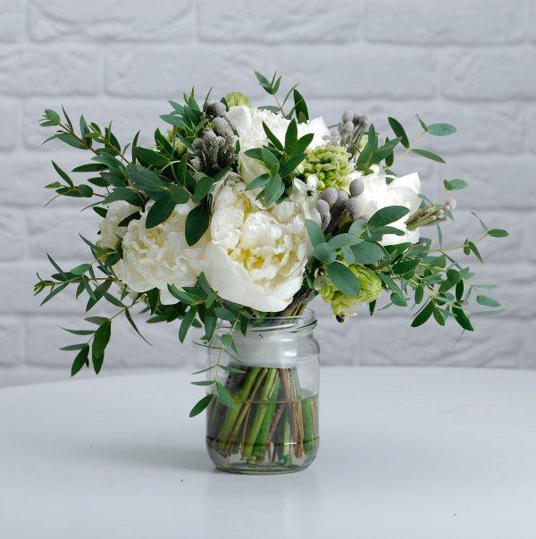 Бело-зеленый букет невесты с пионами