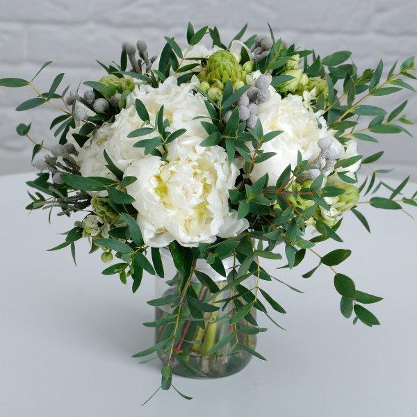 Пионы, брунея, эвкалипт и другие цветы в букете невесты