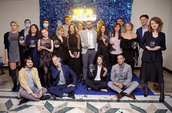 Призеры Top30 Under30 на фоне синей фотозоны из жатой фольги