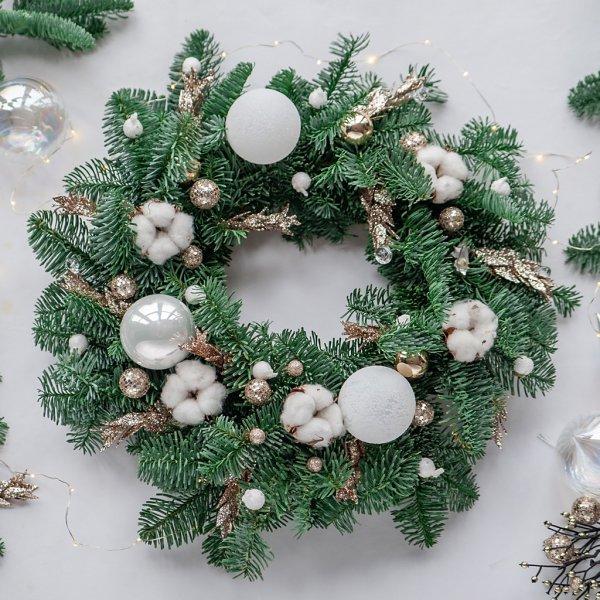 Рождественский венок из живых еловых веток с хлопком, гирляндой и елочными игрушками