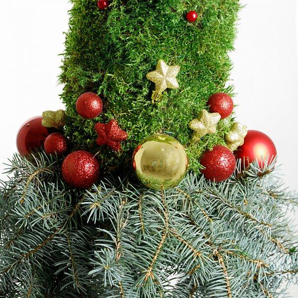 Эльфийская новогодняя елочка украшена елочными игрушками