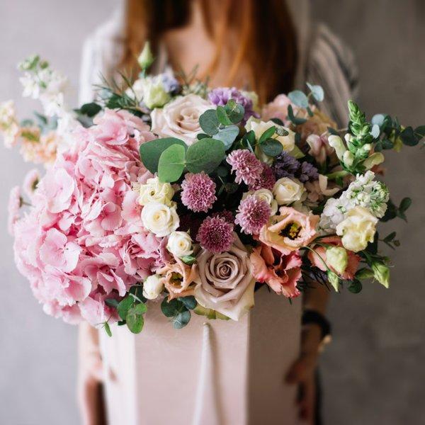Оригинальный букет из гортензии, роз, эустомы, хризантем, маттиолы и эвкалипта в подарочной коробке