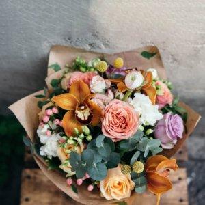 Букет из роз, орхидеи, гиперикума, краспедии, ранункулюсов, фрезии и эвкалипта